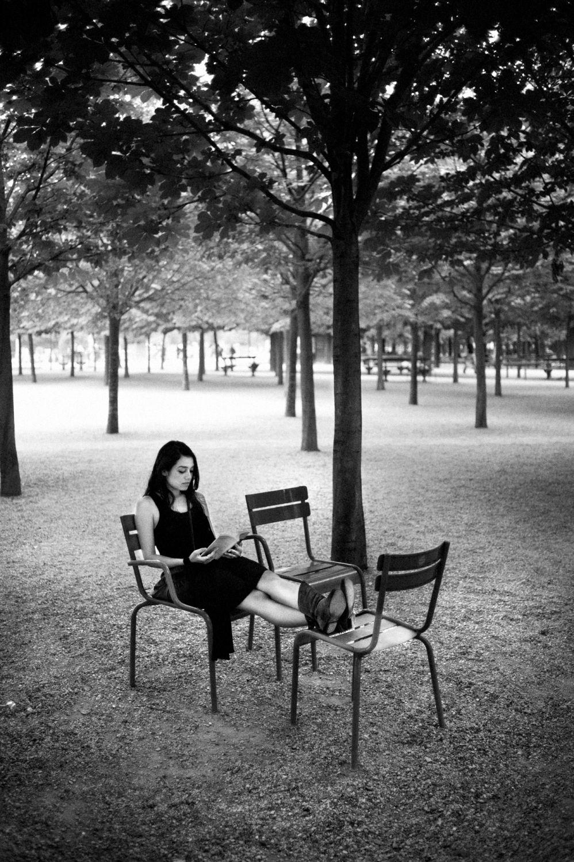 Parisiennes lectrice au jardin du luxembourg for Jardin noir et blanc